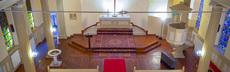 Der kirchenraum von der empore auf den altar