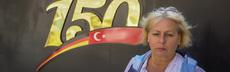 Pastorin gabriele pace vor der deutschen schule in istanbul portr%c3%a4t